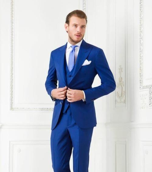 En esto caso nos encontramos con un tipo de traje ideal para transmitir  mucha confianza y ligereza. Un traje color azul claro puedes combinarlo con  camisas ... 92b3b5ae4fa